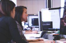 praca zespołowa przed komputerem